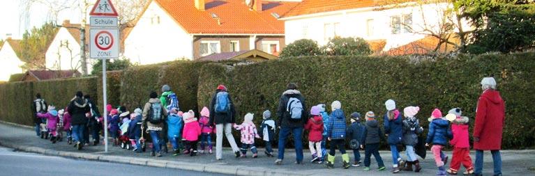 Kinder auf dem Weg zur Spielkiste